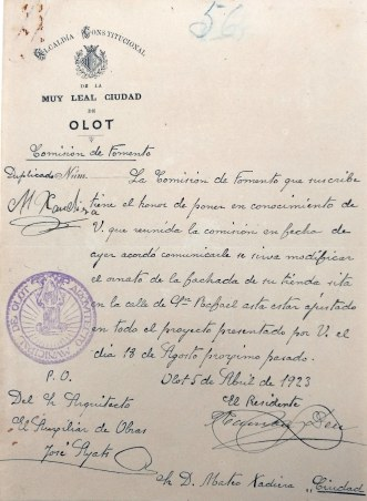 Notificació de l'Ajuntament d'Olot instant a modificar la decoració de Can Xaudiera, 5.4.1923 (ACGAX. Fons Ajuntament d'Olot. Expedient de llicència d'obres)
