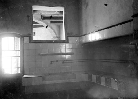 Vista parcial de l'interior d'una cuina sense identificar, entre els anys 1909 i 1919