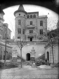 Vista general d'una casa situada a l'avinguda Tibidabo, número 71, a Barcelona, entre 1908 i 1912 (ACGAX. Fons Sadurní Brunet Pi. Autor: Sadurní Brunet)