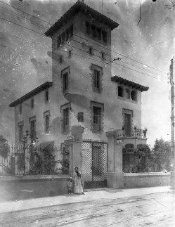 Vista general d'una casa sense localitzar, a Barcelona, entre 1909 i 1912 (ACGAX. Fons Sadurní Brunet Pi. Autor: Sadurní Brunet)