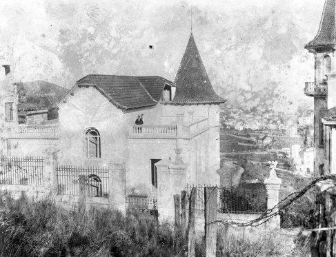 Vista parcial d'una casa situada a l'avinguda Tibidabo, número 71, a Barcelona, entre 1908 i 1912 (ACGAX. Fons Sadurní Brunet Pi. Autor: Sadurní Brunet)