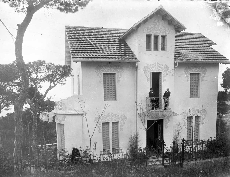 Vista frontal de la Vil·la Magda, a Barcelona, entre els anys 1908 i 1912 (ACGAX. Fons Sadurní Brunet Pi. Autor: Sadurní Brunet)