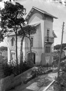 Vista lateral de la Vil·la Montserrat, a Barcelona, entre els anys 1908 i 1912 (ACGAX. Fons Sadurní Brunet Pi. Autor: Sadurní Brunet)