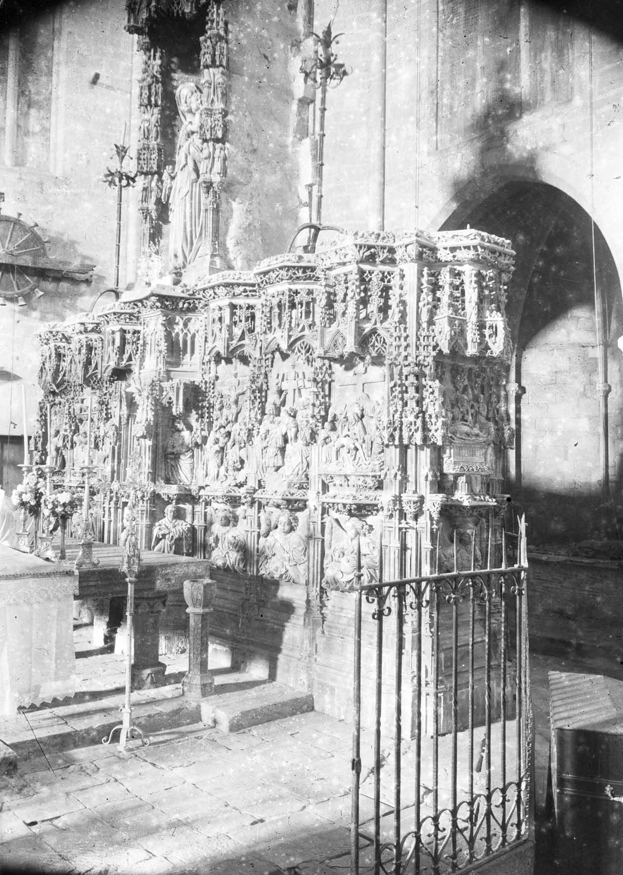 Vista lateral del retaule gòtic de l'altar major de la basílica de Santa Maria, a Castelló d'Empúries, entre els anys 1942 i 1944 (ACGAX. Fons Sadurní Brunet Pi. Autor: Sadurní Brunet)