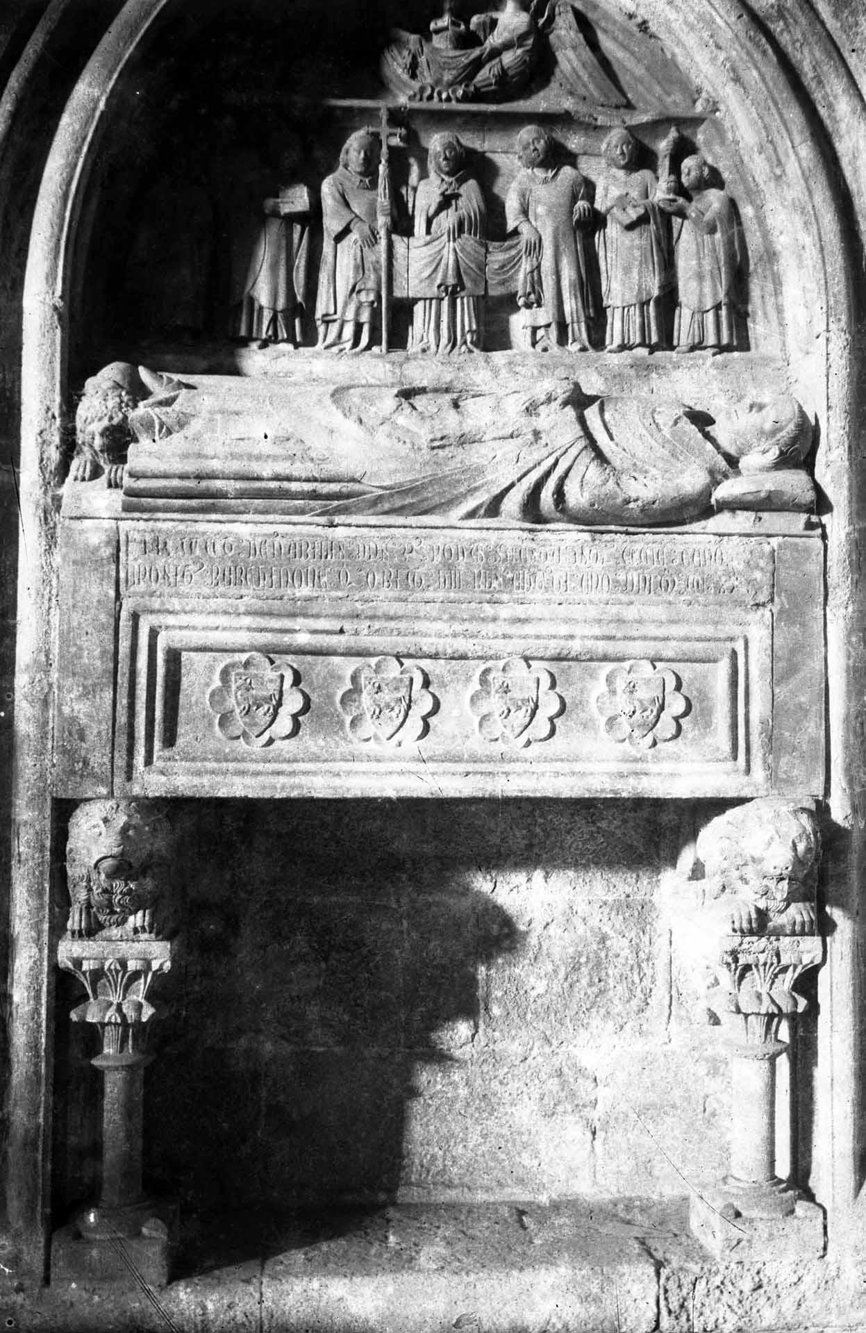Vista frontal d'un sepulcre a la basílica de Santa Maria, a Castelló d'Empúries, entre els anys 1942 i 1944 (ACGAX. Fons Sadurní Brunet Pi. Autor Sadurní Brunet)
