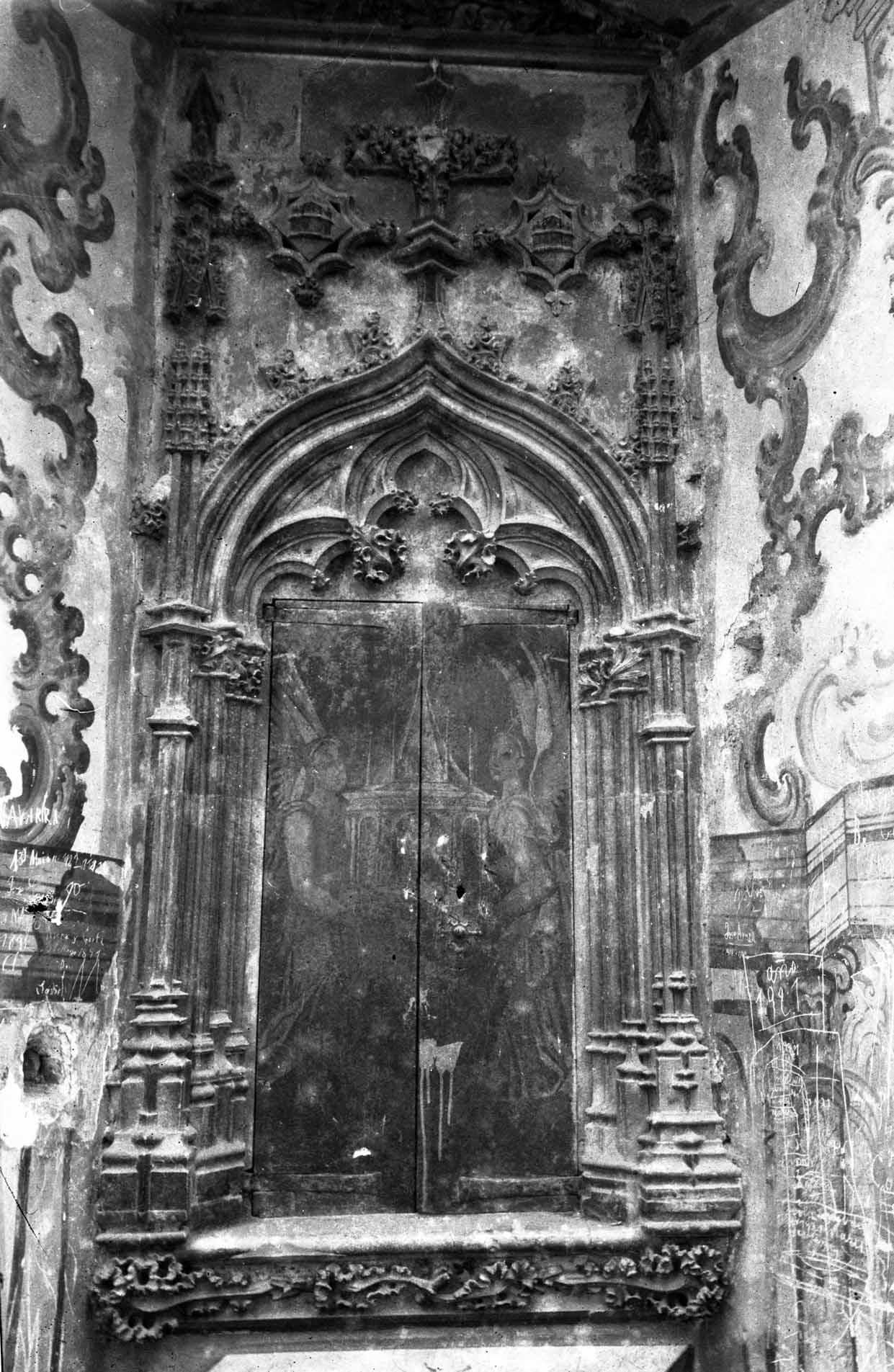 Vista de detall de la part posterior del retaule gòtic de l'altar major de la basílica de Santa Maria, a Castelló d'Empúries, entre els anys 1942 i 1944 (ACGAX. Fons Sadurní Brunet Pi. Autor: Sadurní Brunet)