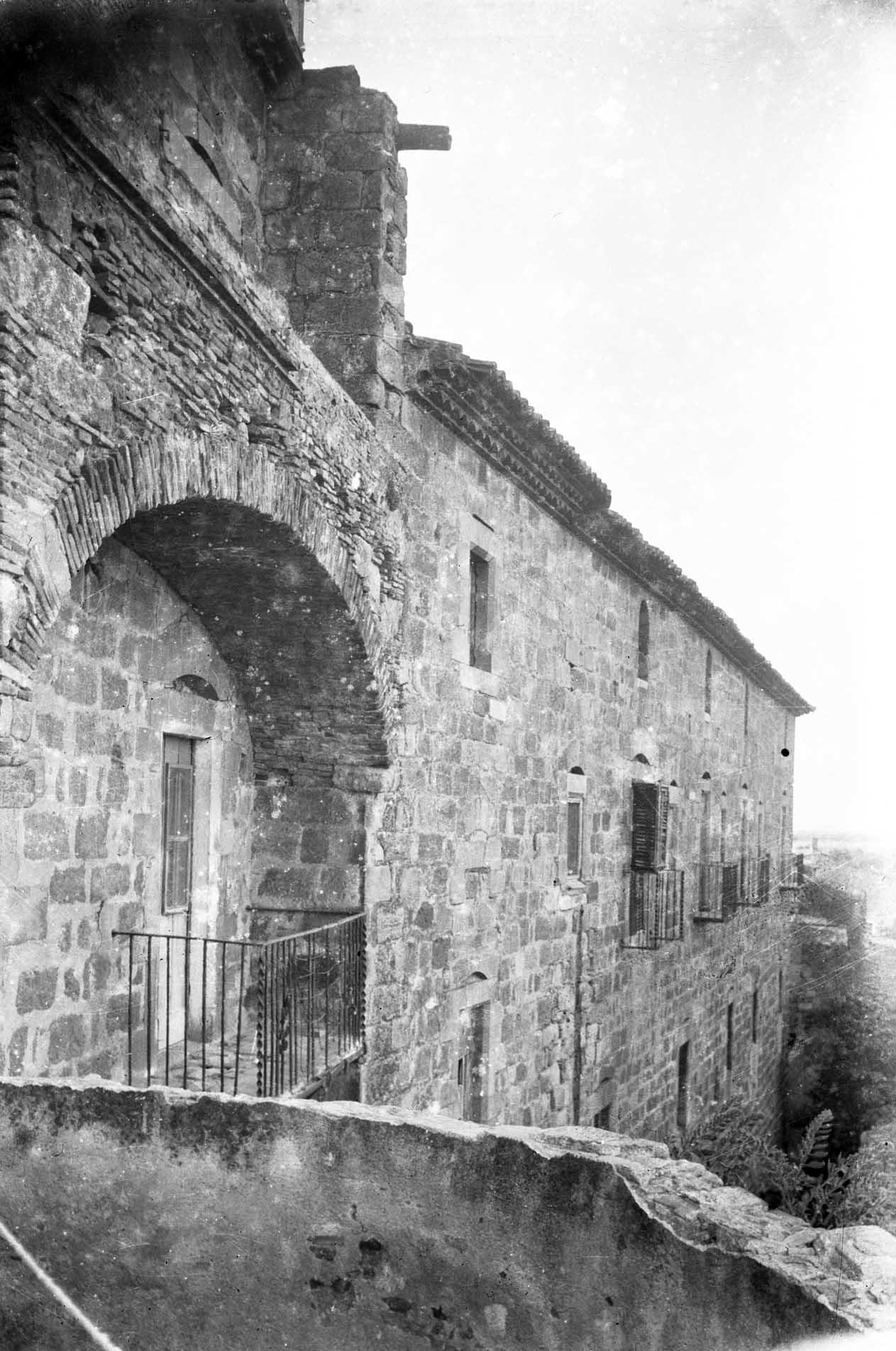 Vista lateral de l'antiga muralla del Palau dels Comtes, o antic convent de Sant Domènec, a Castelló d'Empúries, entre els anys 1942 i 1944 (ACGAX. Fons Sadurní Brunet Pi. Autor: Sadurní Brunet)