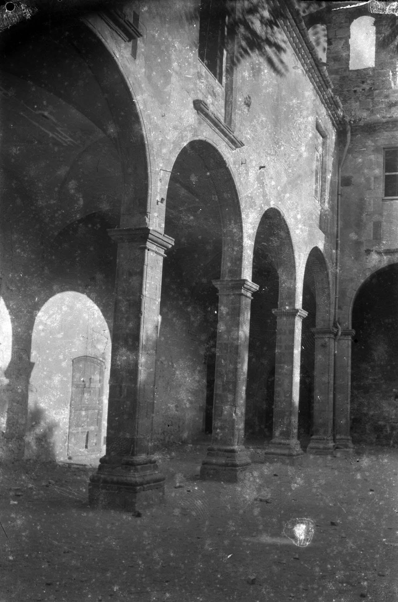 Vista parcial del Palau dels Comtes, o antic convent de Sant Domènec, a Castelló d'Empúries, entre els anys 1942 i 1944 (ACGAX. Fons Sadurní Brunet Pi. Autor: Sadurní Brunet)