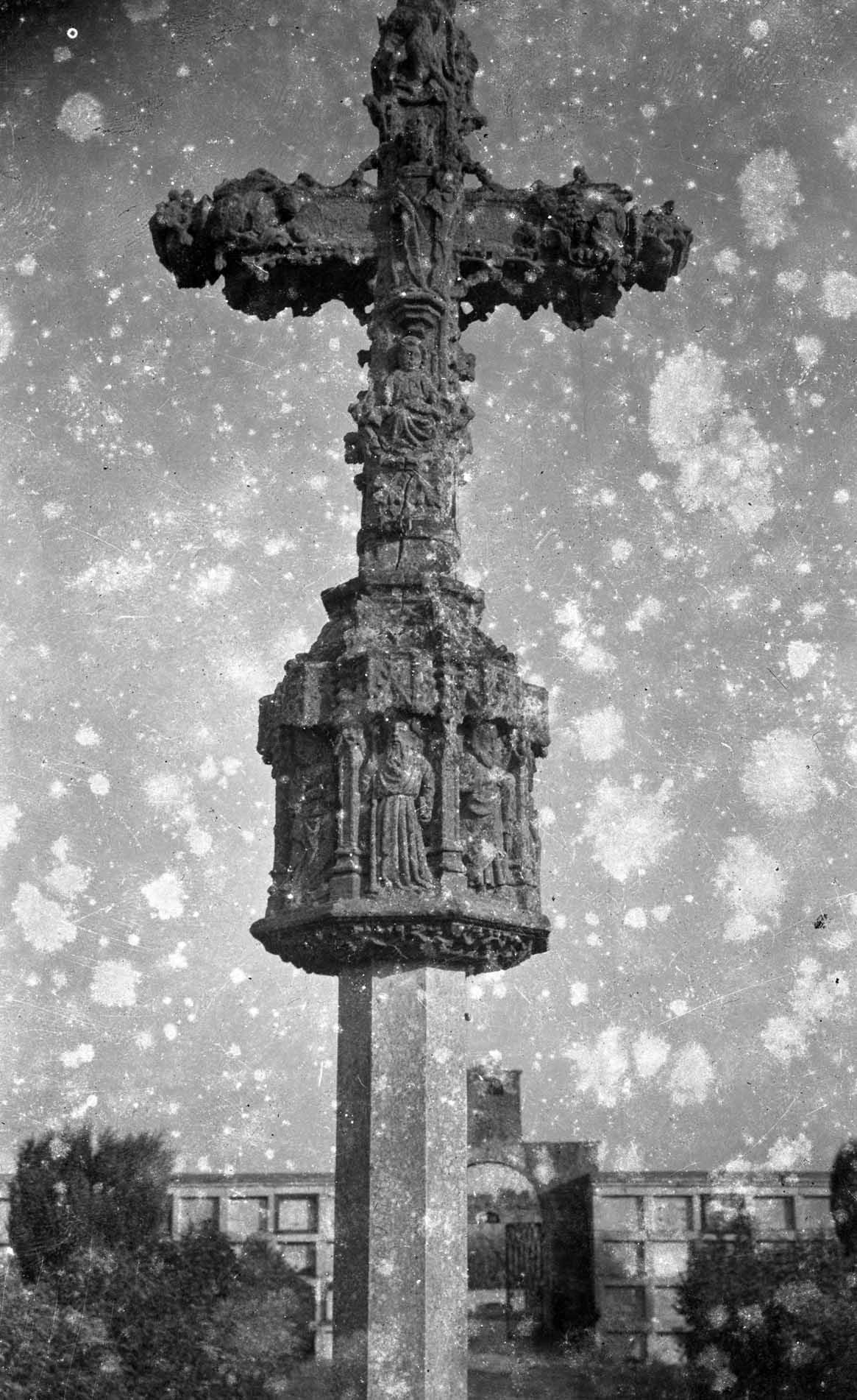 Vista de detall de la creu de terme gòtica de Castelló d'Empúries, entre els anys 1942 i 1944 (ACGAX. Fons Sadurní Brunet Pi. Autor: Sadurní Brunet)