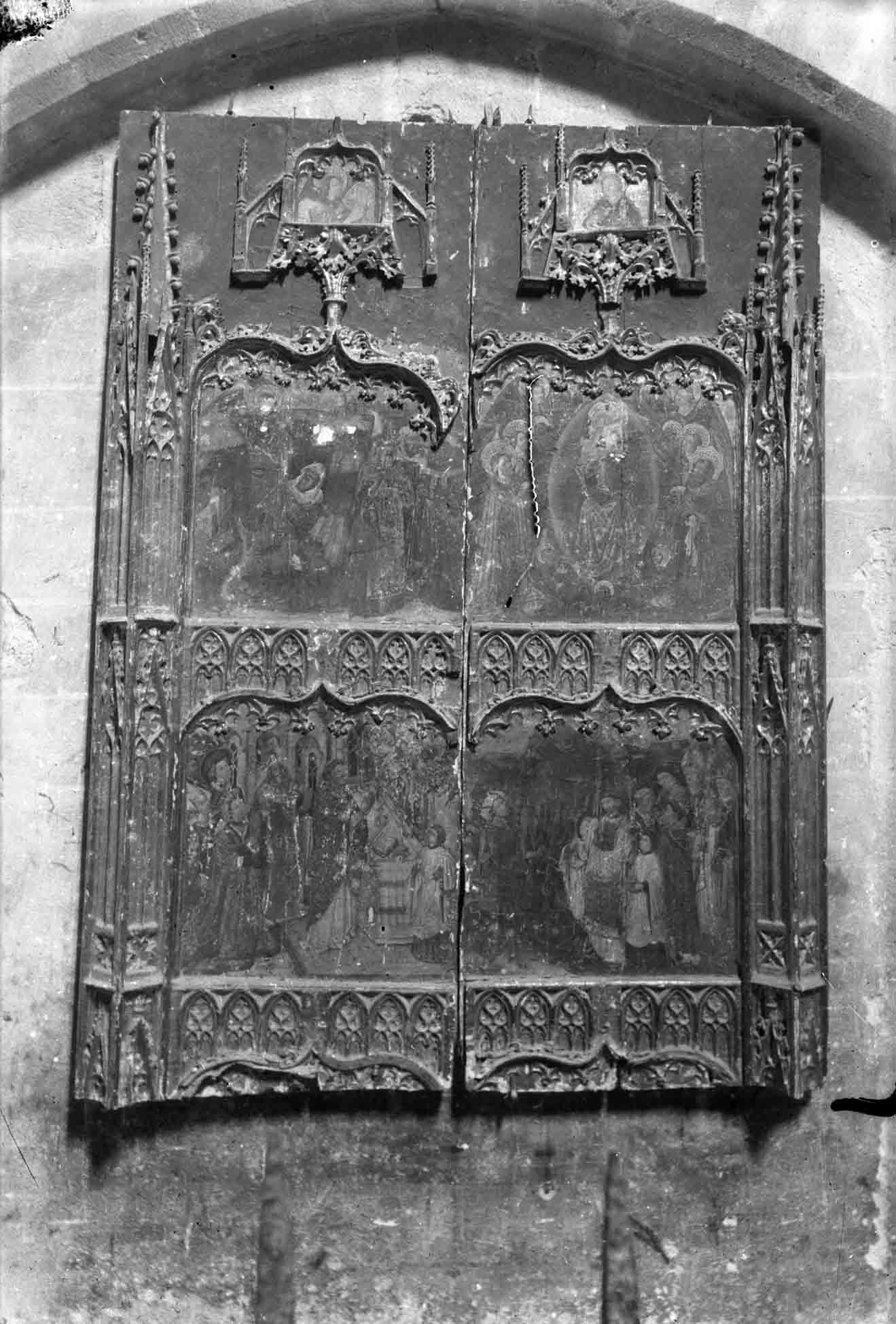 Vista frontal d'un fragment del retaule gòtic de Sant Miquel de la basílica de Santa Maria, a Castelló d'Empúries, entre els anys 1942 i 1944 (ACGAX. Fons Sadurní Brunet Pi. Autor: Sadurní Brunet)