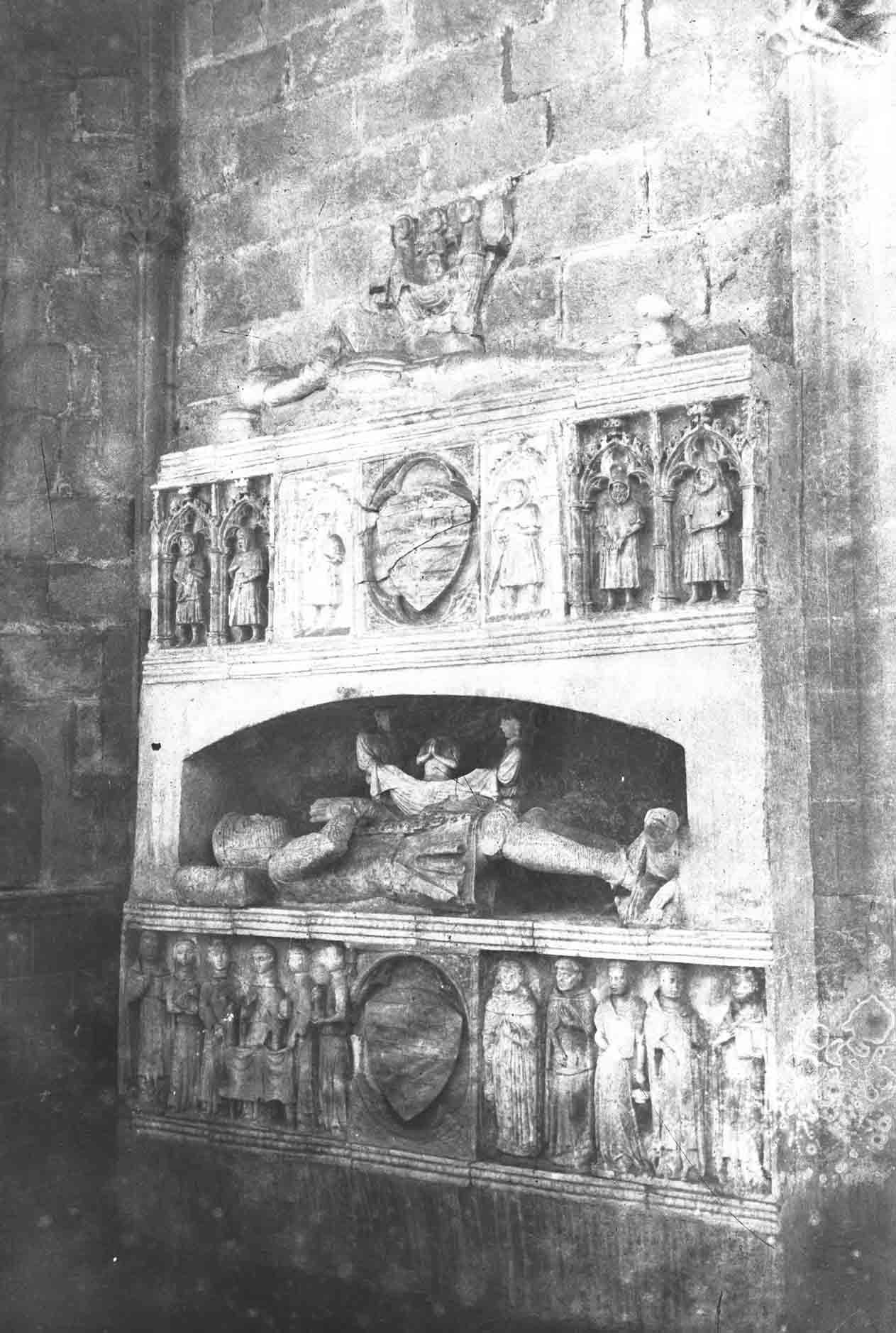 Vista lateral de la tomba del comte Ponç Hug V a la basílica de Santa Maria, a Castelló d'Empúries, entre els anys 1942 i 1944 (ACGAX. Fons Sadurní Brunet Pi. Autor Sadurní Brunet)