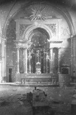 Vista frontal de l'altar del Sant Crist de la basílica de Santa Maria, a Castelló d'Empúries, entre els anys 1942 i 1944 (ACGAX. Fons Sadurní Brunet Pi. Autor: Sadurní Brunet)