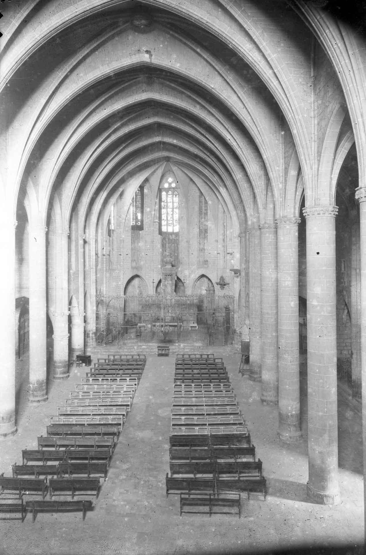 Vista general enlairada de la nau central de la basílica de Santa Maria, a Castelló d'Empúries, entre els anys 1942 i 1944 (ACGAX. Fons Sadurní Brunet Pi. Autor Sadurní Brunet)