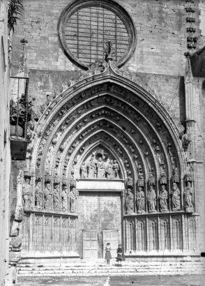 Vista frontal de la façana de la basílica de Santa Maria, a Castelló d'Empúries, 1942 (ACGAX. Fons Sadurní Brunet Pi. Autor: Sadurní Brunet)