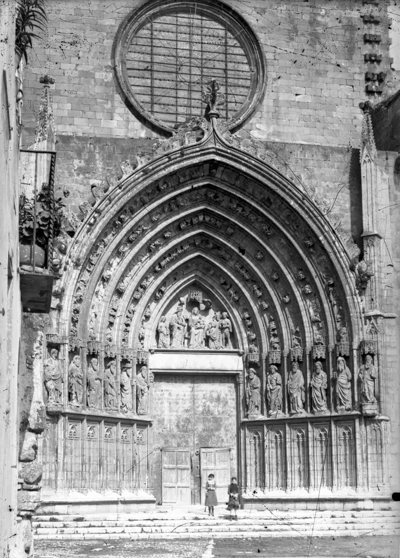 Vista frontal del pòrtic de la basílica de Santa Maria, a Castelló d'Empúries, entre els anys 1942 i 1944 (ACGAX. Fons Sadurní Brunet Pi. Autor Sadurní Brunet)