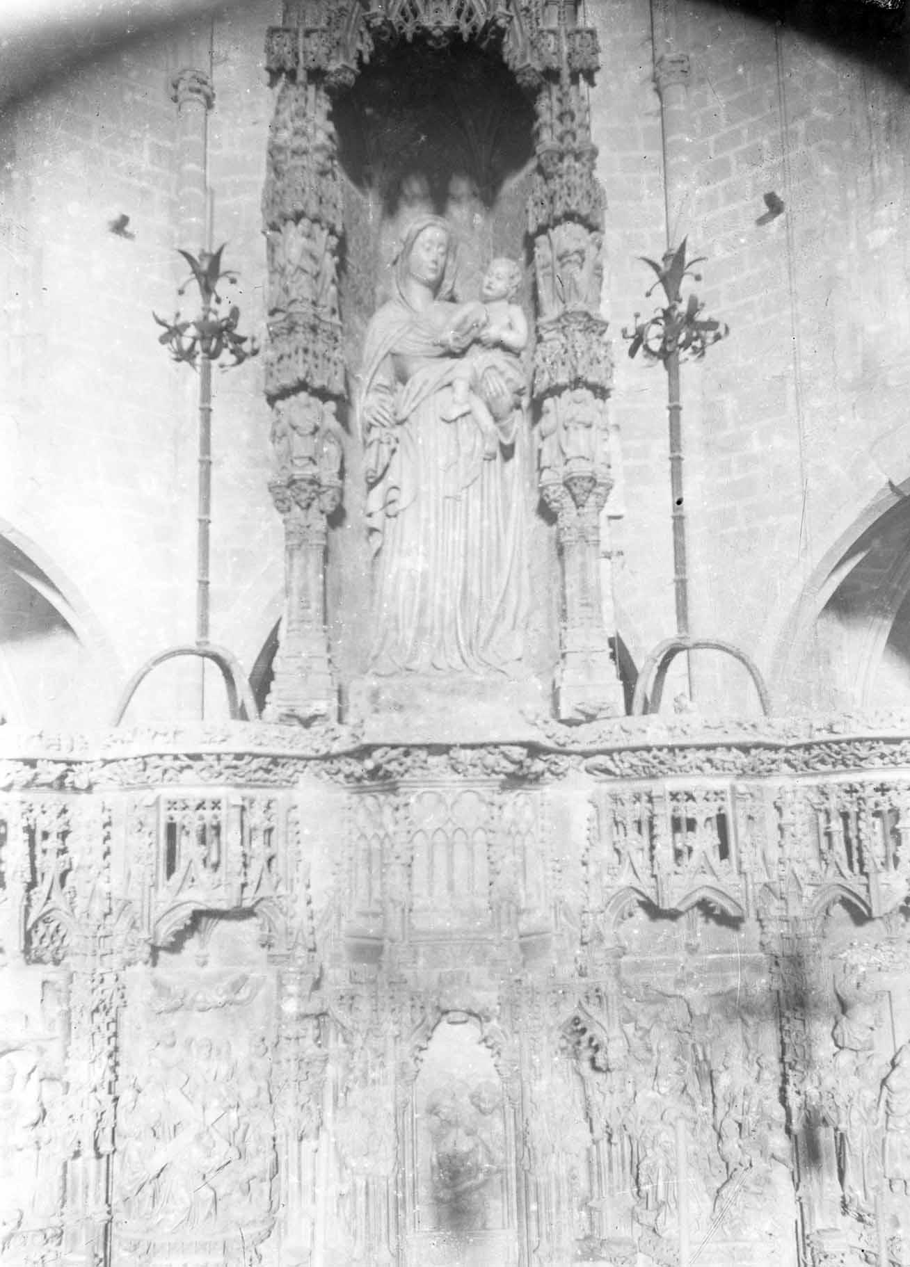 Vista de detall del retaule gòtic de l'altar major de la basílica de Santa Maria, a Castelló d'Empúries, entre els anys 1942 i 1944 (ACGAX. Fons Sadurní Brunet Pi. Autor: Sadurní Brunet)