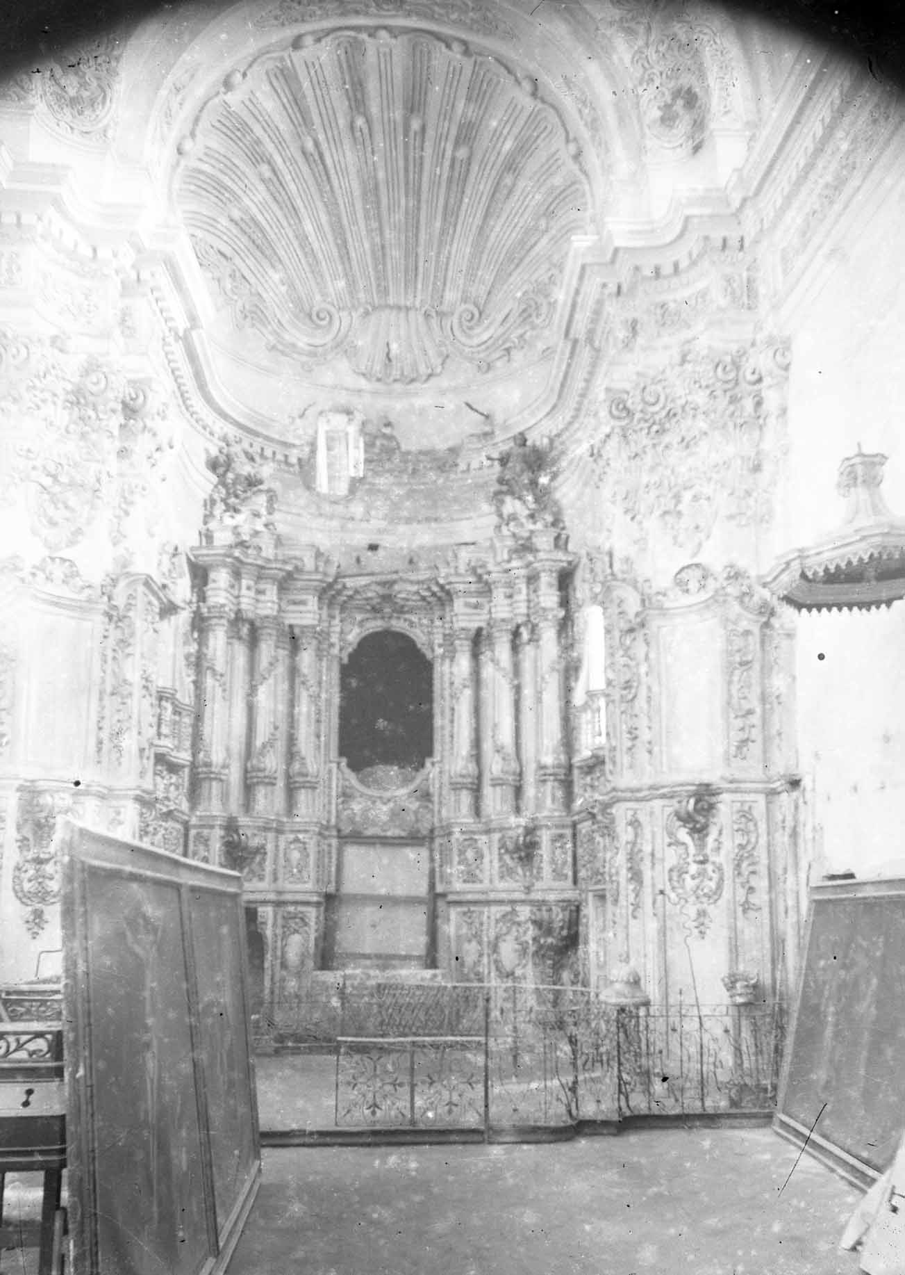 Vista frontal de l'altar de la capella dels Dolors de la basílica de Santa Maria, a Castelló d'Empúries, entre els anys 1942 i 1944 (ACGAX. Fons Sadurní Brunet Pi. Autor: Sadurní Brunet)