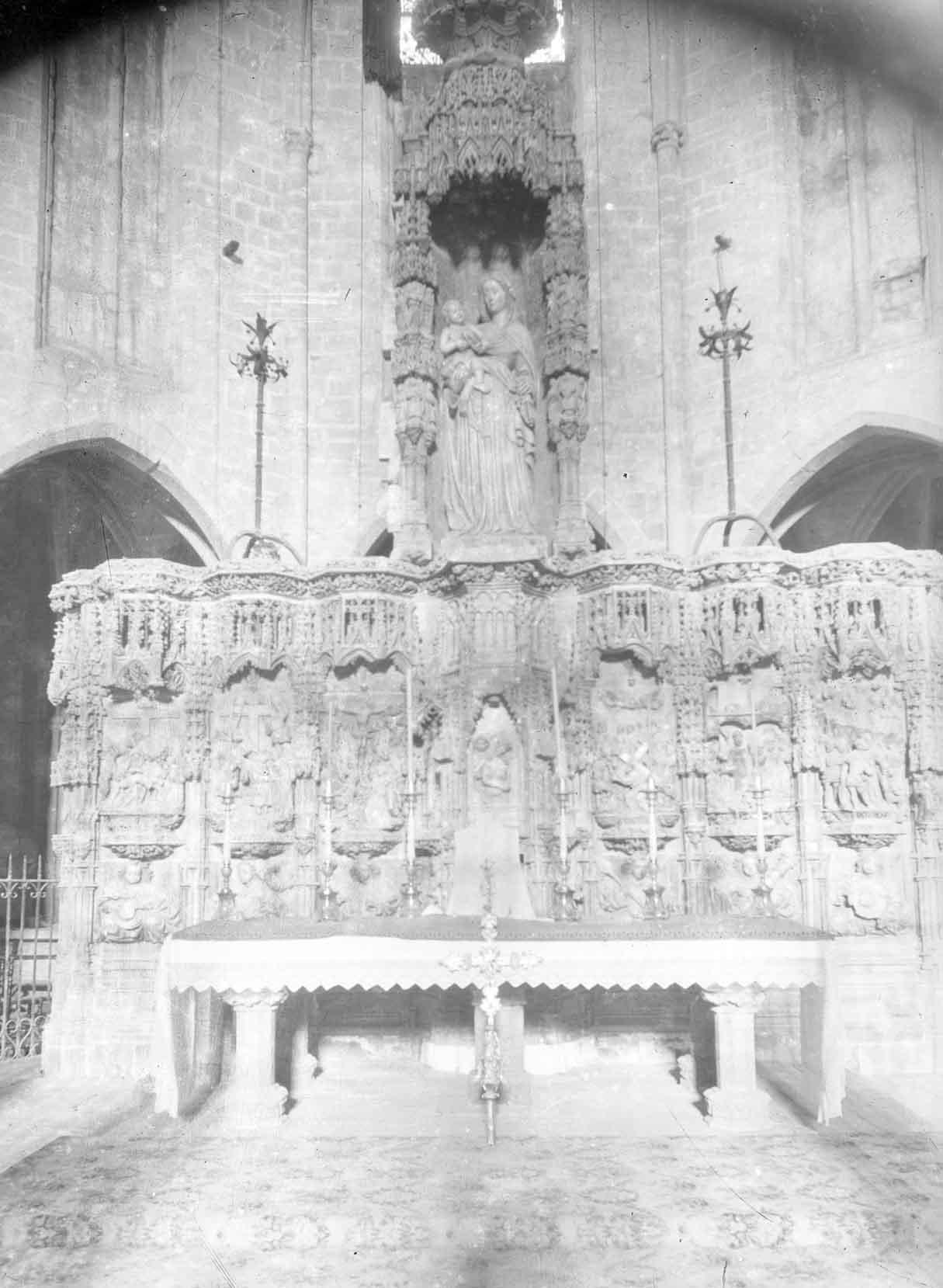 Vista frontal del retaule gòtic de l'altar major de la basílica de Santa Maria, a Castelló d'Empúries, entre els anys 1942 i 1944 (ACGAX. Fons Sadurní Brunet Pi. Autor: Sadurní Brunet)
