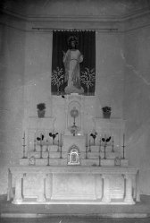 Vista frontal de l'altar major de l'església de Sant Salvador, a Castellfollit de la Roca, entre els anys 1945 i 1947 (ACGAX. Fons Sadurní Brunet Pi. Autor: Sadurní Brunet)