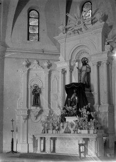 Vista lateral de l'altar major de l'església de Sant Salvador, a Castellfollit de la Roca, entre els anys 1947 i 1949 (ACGAX. Fons Sadurní Brunet Pi. Autor: Sadurní Brunet)