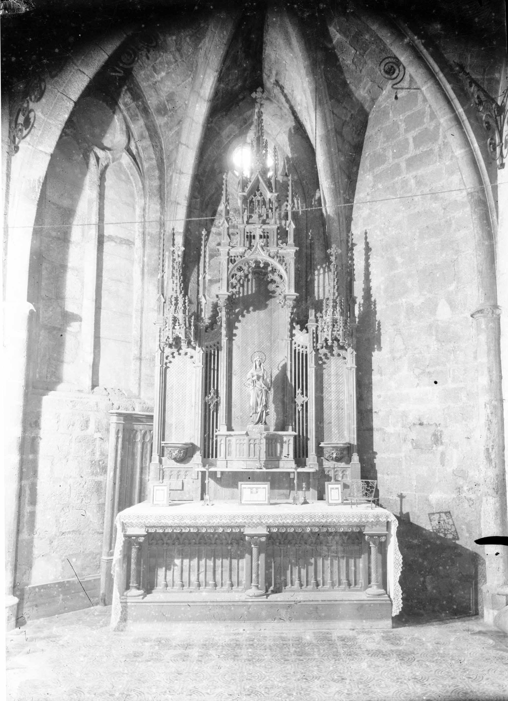 Vista general de la capella de Sant Llorenç a la basílica de Santa Maria, a Castelló d'Empúries, entre els anys 1942 i 1944 (ACGAX. Fons Sadurní Brunet Pi. Autor: Sadurní Brunet)