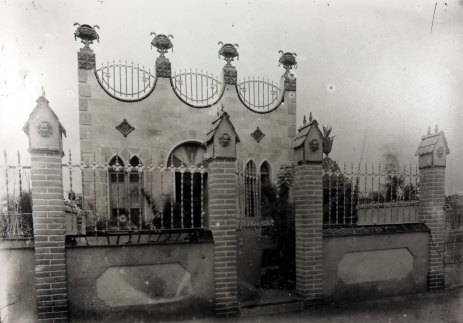 Vista frontal d'una casa sense localitzar, a Barcelona, entre 1909 i 1912 (ACGAX. Fons Sadurní Brunet Pi. Autor: Sadurní Brunet)