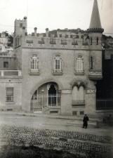 Vista frontal de la casa Comas d'Argemir, a Barcelona, entre 1909 i 1912 (ACGAX. Fons Sadurní Brunet Pi. Autor: Sadurní Brunet)