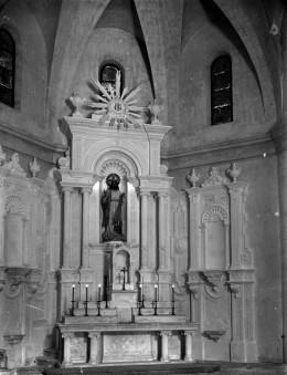 Vista frontal de l'altar major de l'església de Sant Salvador, a Castellfollit de la Roca, entre els anys 1947 i 1949 (ACGAX. Fons Sadurní Brunet Pi. Autor: Sadurní Brunet)