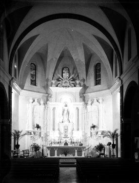 Vista general de l'absis central de l'església de Sant Salvador, a Castellfolli de la Roca. Al centre, l'altar major, obra de Sadurní Brunet, en la darrera fase de les successives ampliacions, 1949 (ACGAX. Fons Sadurní Brunet Pi. Autor: Sadurní Brunet)