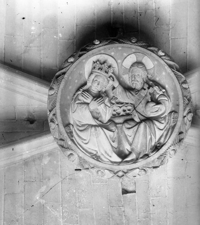 Vista general en pla nadir d'un medalló del sostre d'una nau de la basílica de Santa Maria, a Castelló d'Empúries, entre els anys 1942 i 1944 (ACGAX. Fons Sadurní Brunet Pi. Autor Sadurní Brunet)