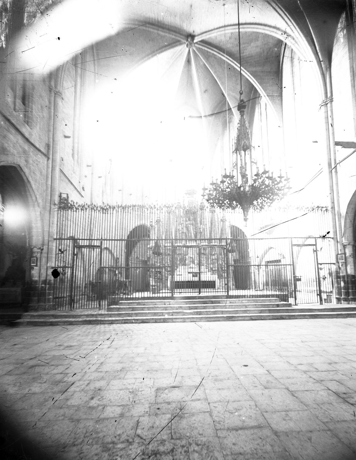 Vista parcial de la nau central de la basílica de Santa Maria, a Castelló d'Empúries, entre els anys 1942 i 1944 (ACGAX. Fons Sadurní Brunet Pi. Autor: Sadurní Brunet