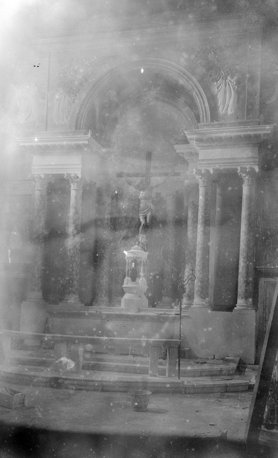 Vista parcial de l'altar del Sant Crist de la basílica de Santa Maria, a Castelló d'Empúries, entre els anys 1942 i 1944 (ACGAX. Fons Sadurní Brunet Pi. Autor: Sadurní Brunet)