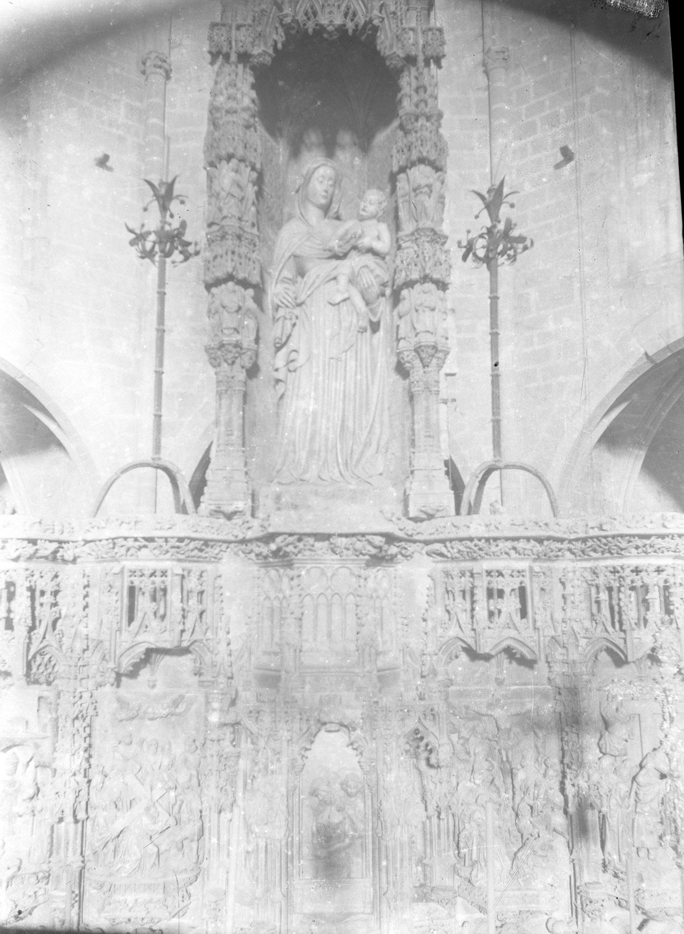 Vista parcial del retaule major gòtic de la basílica de Santa Maria, a Castelló d'Empúries, entre els anys 1942 i 1944 (ACGAX. Fons Sadurní Brunet Pi. Autor: Sadurní Brunet)