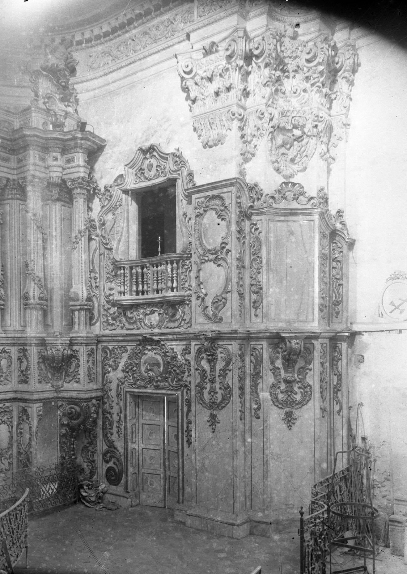 Vista parcial d'un altar de la basílica de Santa Maria, a Castelló d'Empúries, entre els anys 1942 i 1944 (ACGAX. Fons Sadurní Brunet Pi. Autor: Sadurní Brunet)