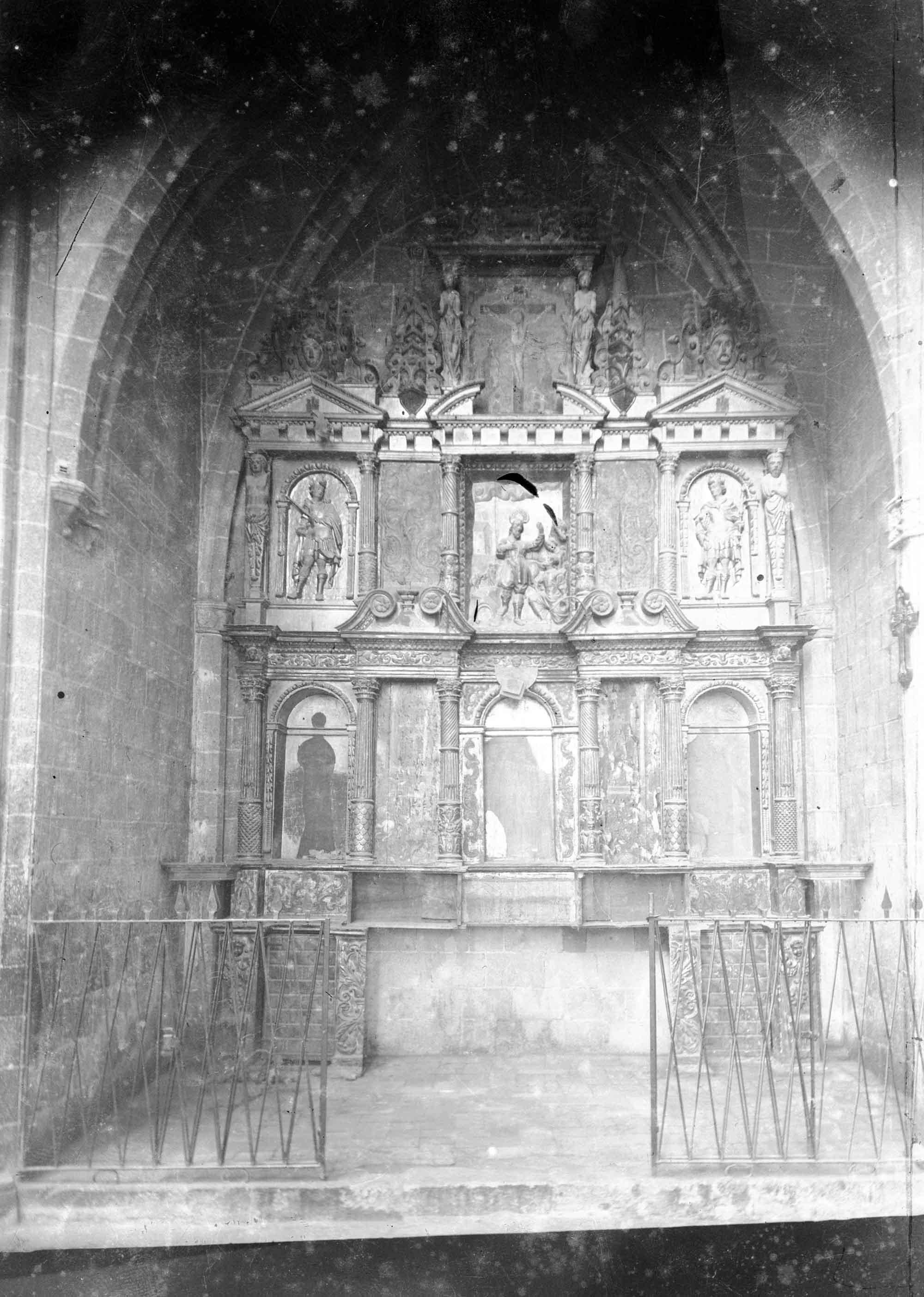Vista general d'una capella lateral a la basílica de Santa Maria, a Castelló d'Empúries, entre els anys 1942 i 1944 (ACGAX. Fons Sadurní Brunet Pi. Autor: Sadurní Brunet)