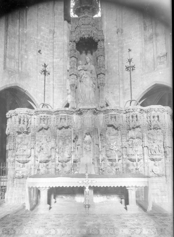 Vista frontal del retaule gòtic d'alabastre de l'altar major de la basílica de Santa Maria, a Castelló d'Empúries, entre els anys 1942 i 1944 (ACGAX. Fons Sadurní Brunet Pi. Autor Sadurní Brunet)