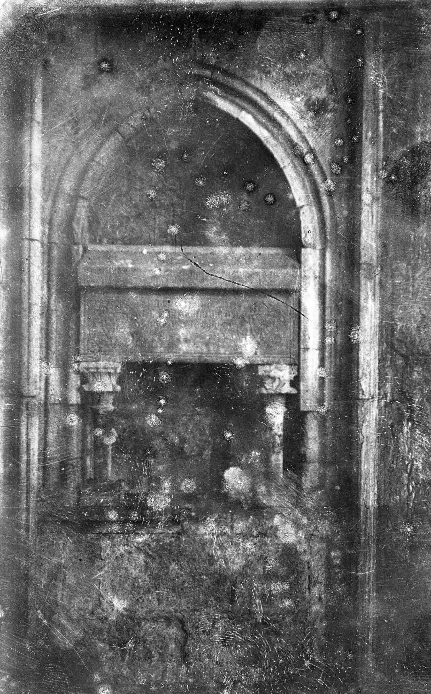 Vista frontal d'una tomba de la basílica de Santa Maria, a Castelló d'Empúries, entre els anys 1942 i 1944 (ACGAX. Fons Sadurní Brunet Pi. Autor Sadurní Brunet)