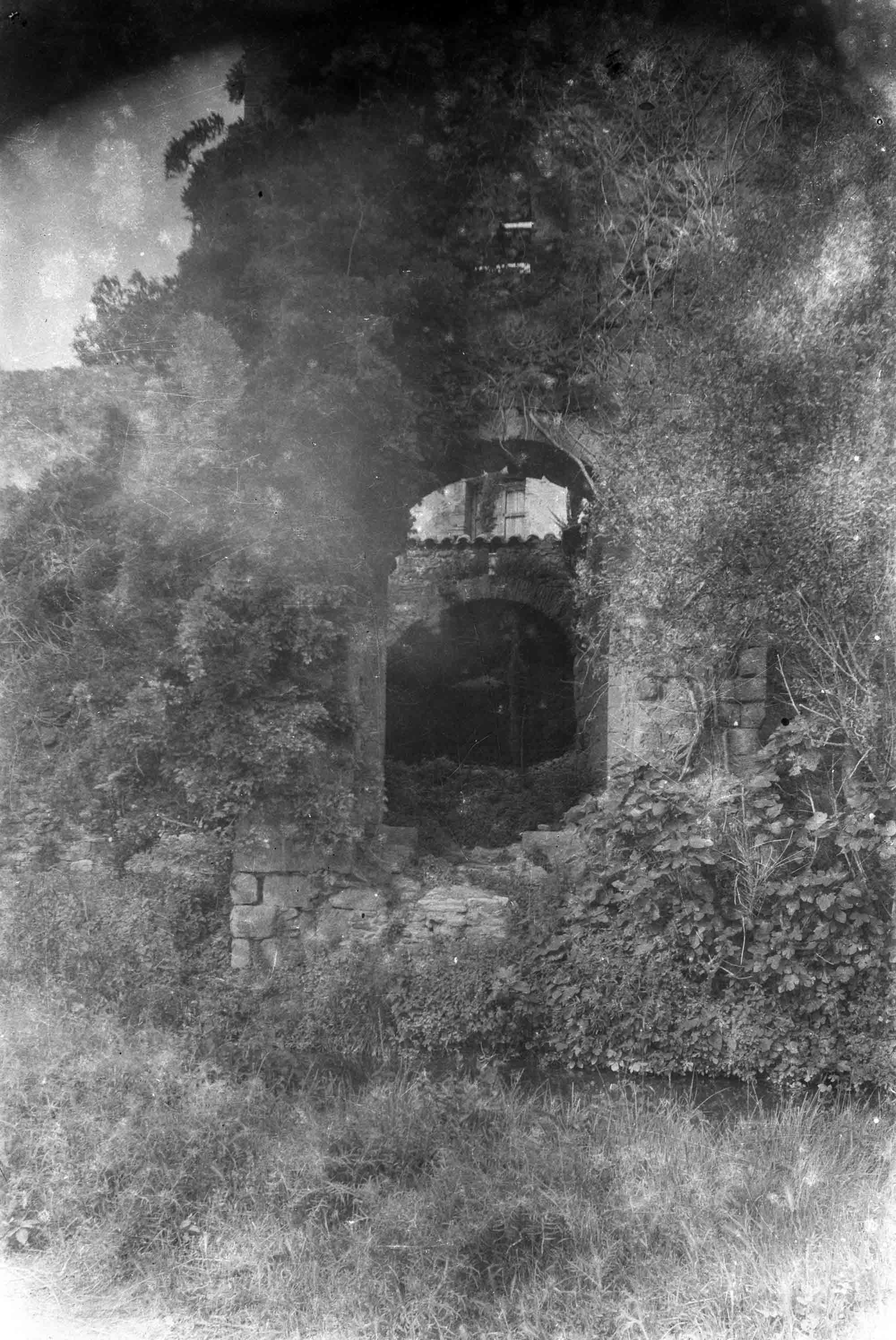 Vista general del Portal de la Gallarda, a Castelló d'Empúries, entre els anys 1942 i 1944 (ACGAX. Fons Sadurní Brunet Pi. Autor: Sadurní Brunet)