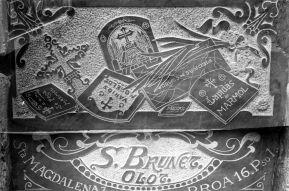 Rètol de propaganda fet amb marbre, c. 1928 (ACGAX. Fons: Sadurní Brunet Pi. Autor: Sadurní Brunet)
