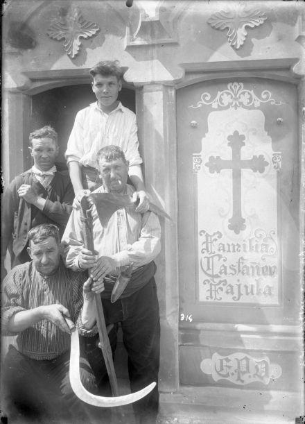 Retrat de treballadors del Cementiri d'Olot, entre els anys 1929 i 1936 (ACGAX. Fons Sadurní Brunet Pi. Autor: Sadurní Brunet)