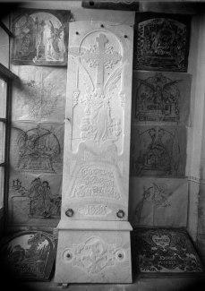 Làpida de la família Esteve Moret i Sabatés amb models al costat, 1929 (ACGAX. Fons: Sadurní Brunet Pi. Autor: Sadurní Brunet)