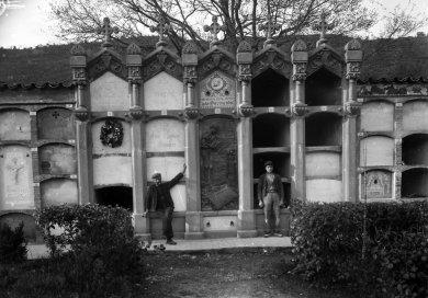 Retrat de dos treballadors situats a cada costat de la tomba de Salvador Coderch, a Sant Joan les Fonts, 1926 (ACGAX. Fons: Sadurní Brunet Pi. Autor: Sadurní Brunet)