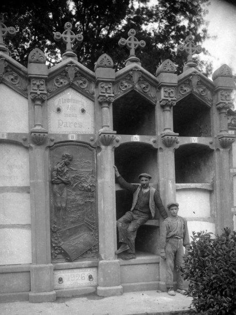 Retrat de dos treballadors al costat de la tomba de Salvador Coderch, a Sant Joan les Fonts, 1926 (ACGAX. Fons: Sadurní Brunet Pi. Autor: Sadurní Brunet)