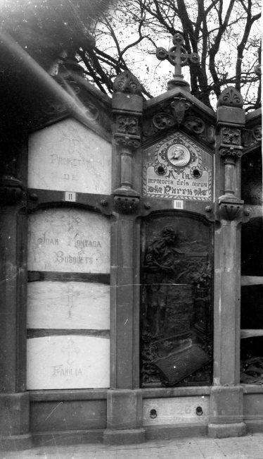 Vista frontal de la tomba de Salvador Coderch, a Sant Joan les Fonts, 1926 (ACGAX. Fons: Sadurní Brunet Pi. Autor: Sadurní Brunet)