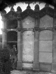 Vista frontal de la tomba de Salvador Coderch, abans d'instal·lar la nova làpida, 1926 (ACGAX. Fons: Sadurní Brunet Pi. Autor: Sadurní Brunet)