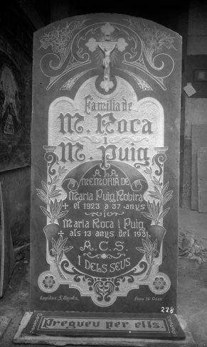 Làpida de la família Roca Puig, amb inscripció de l'adreça del taller del carrer Proa, número 16, 1923 (ACGAX. Fons: Sadurní Brunet Pi. Autor: Sadurní Brunet)