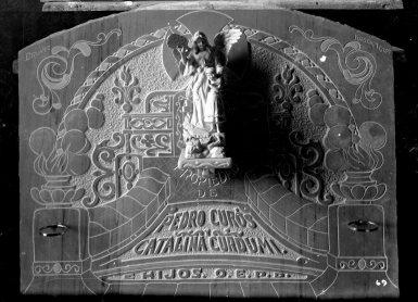 Làpida de la família Curós Cordomí, amb inscripció de l'adreça del taller del carrer del Roser, número 7, c. 1932 (ACGAX. Fons: Sadurní Brunet Pi. Autor: Sadurní Brunet)