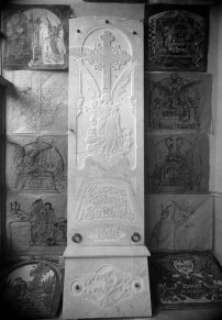 Làpida de la família d'Esteve Moret Sabatés, amb models al costat, 1928 (ACGAX. Fons Sadurní Brunet Pi. Autor: Sadurní Brunet)