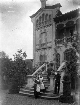 Retrat de grup davant de la casa Dusol, les Planes d'Hostoles, 1918