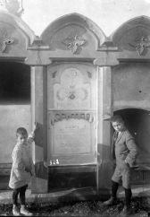 Sadurní i Joan Brunet Forasté al costat de la tomba de les Carmelites de la Caritat, 1927 (ACGAX. Fons Sadurní Brunet Pi. Autor: Sadurní Brunet)